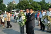 RENGO President Takagi and others offer flowers at the memorial monuments before the rally. (Aug. 4, Peace Memorial Park)