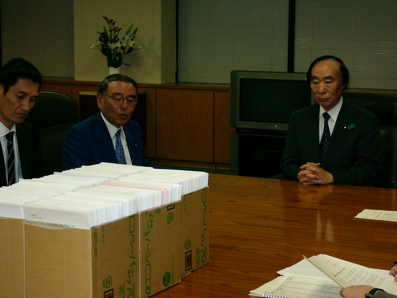 Photo: General Secretary Kusano (front and left) hands over workplace resolutions in order to conduct demands.