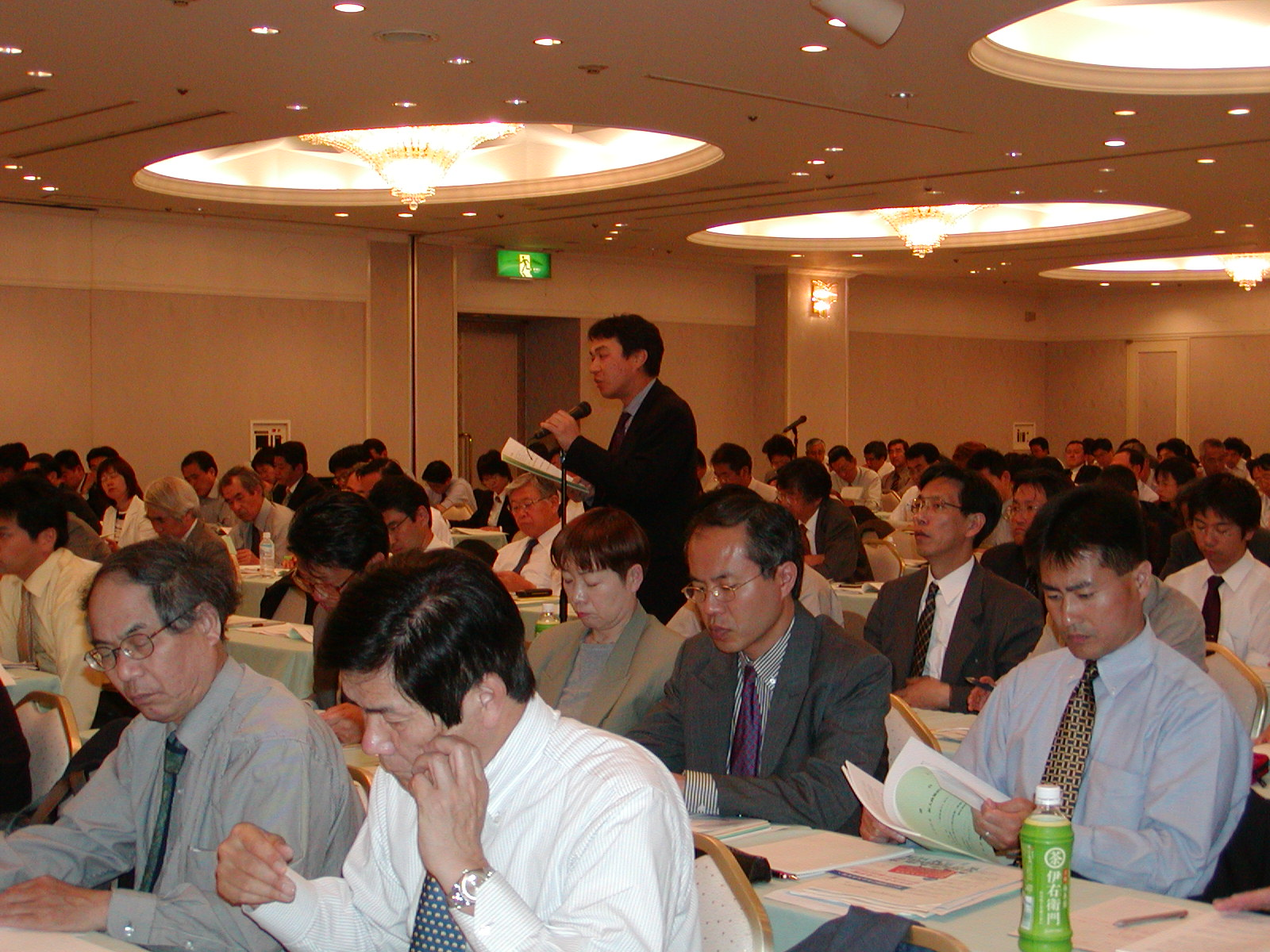 Photo: Attendees remarked on such issues as employment, local economies, long-term care insurance, the tax system, and so forth. (May 7, Ikenohata Bunka Center, Tokyo.)